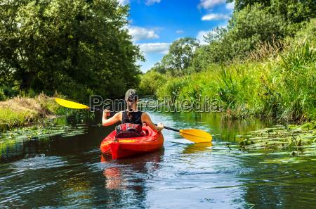 donna con pagaia in canoa
