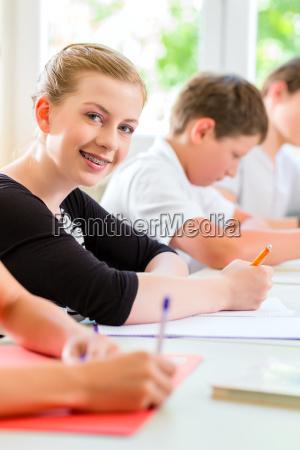 gli studenti scrivono un lavoro di