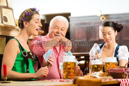 wirtshaus gli amici bevono birra