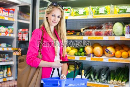 bella giovane donna che fa shopping