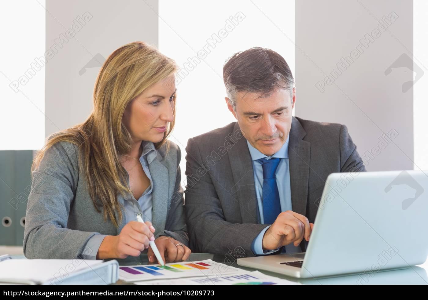 uomo, d'affari, attento, che, mostra, qualcosa - 10209773