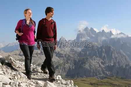 giovani che camminano in montagna