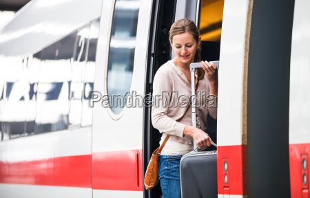 bella giovane donna imbarco un treno