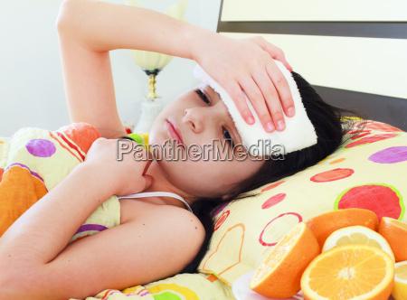 malato giovane ragazza a letto