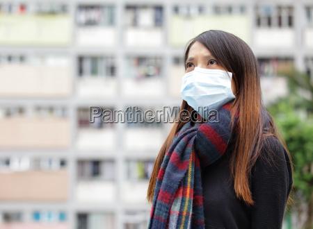 mulher asiatica com mascara protectora em