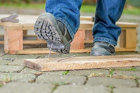 lavoratore con scarpe di sicurezza passi