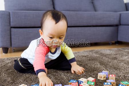 il bambino gioca con un blocco