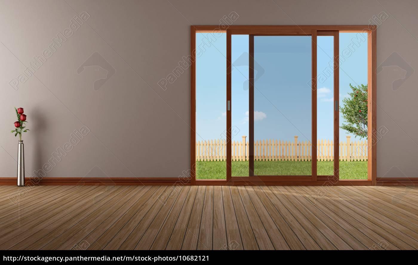 Vuoto soggiorno con finestra scorrevole aperta stockphoto