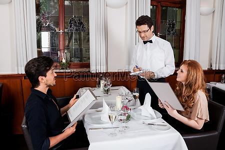 coppia adulta felice nel ristorante per