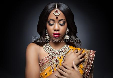 giovane donna indiana in abiti tradizionali