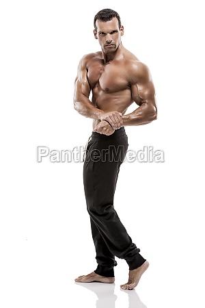 muscolo uomo in posa in studio