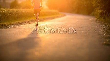 atleta maschio corridore in esecuzione