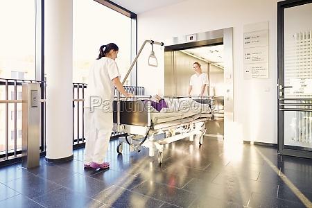 infermiere dellospedale letto del paziente