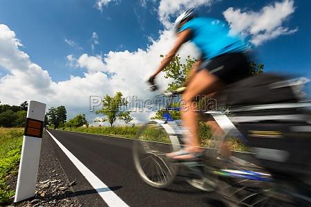 movimento in movimento femminile ciclista allaperto