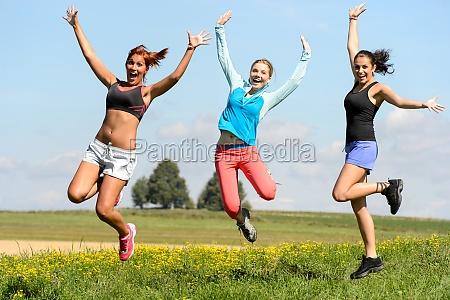 amici sportivi che saltano allegra sul