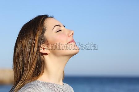 ritratto di donna respirare aria fresca