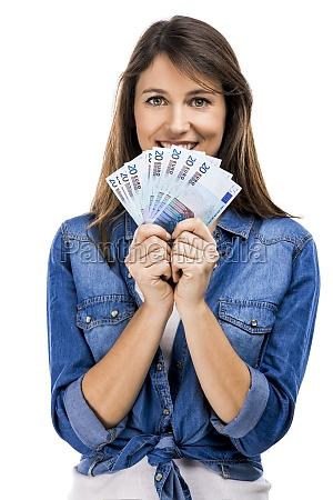 donna che detiene alcune banconote in