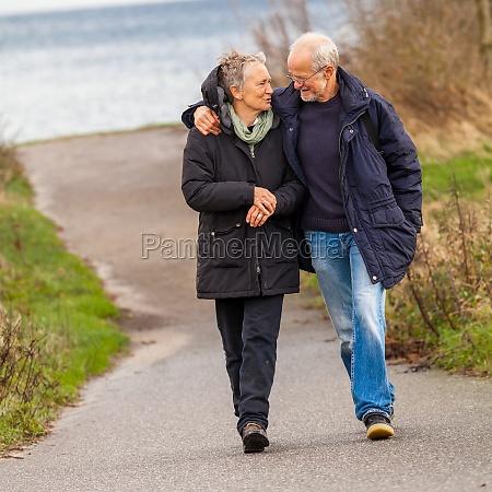 anziani coppia felice prende una passeggiata