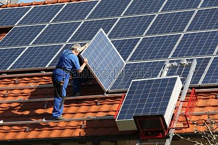 workman sta montando paneels solari