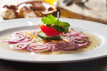 insalata di salsiccia bavarese su legno