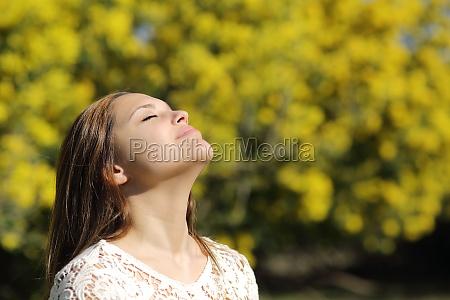 donna che respira in profondita in