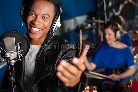 il giovane che canta in studio