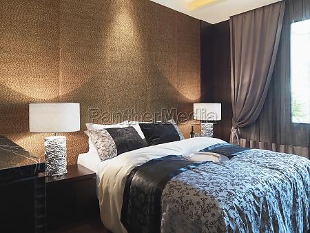 parete strutturata dietro letto