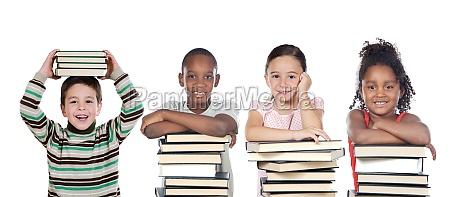 quattro bambini divertenti con molti libri