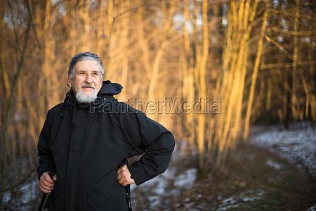 anziano nordic walking godendo la vita