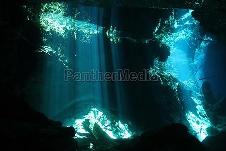 grotta fascio raggio di sole luce