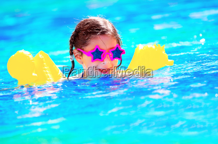 carino piccolo bambino nuotare in piscina