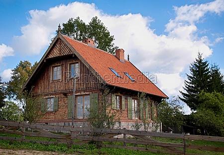 casa in legno recinzione siepe recinto
