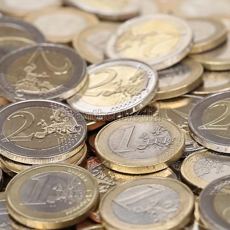 pila di una e due monete