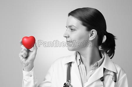 cuore in mano del medico