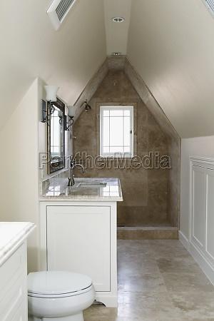 interni di un bagno domestico vuoto