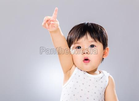 la mano adorabile del ragazzo si