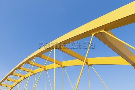 ponte ad arco giallo