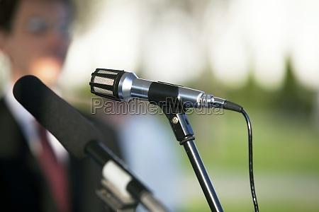 intervista microfono altoparlante speaker colloquio giornalista