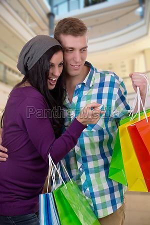 giovane coppia in cerca di qualcosa