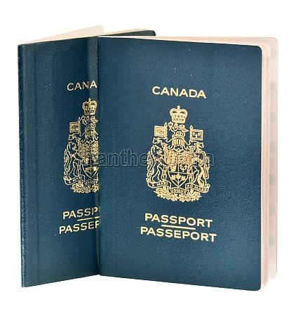 due passaporti canadesi isolati su bianco