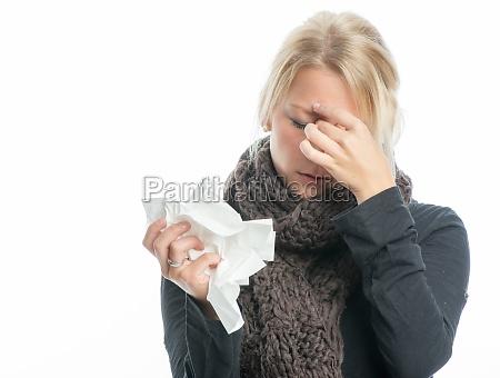 sick donna bionda con il fazzoletto