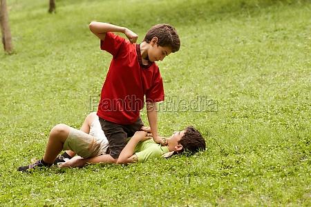 violento ragazzo che combatte e colpisce