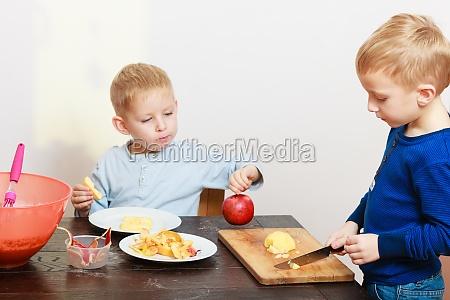 blond ragazzi bambini bambini con coltello