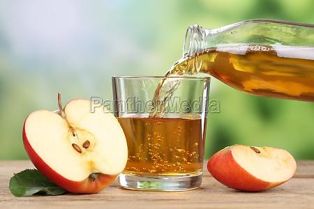 versare il succo di mela dalla