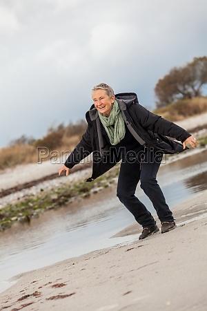 donna riva del mare spiaggia acqua