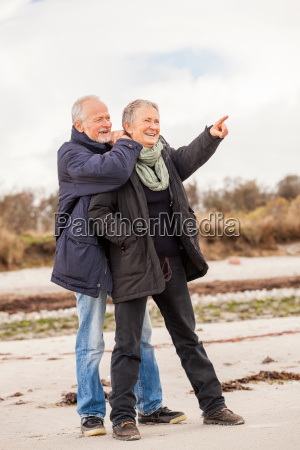vecchio adulto felice coppia cammina sulla