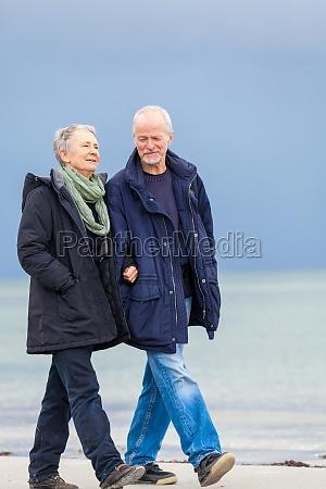 anziani adulti coppia felice passeggiate sulla