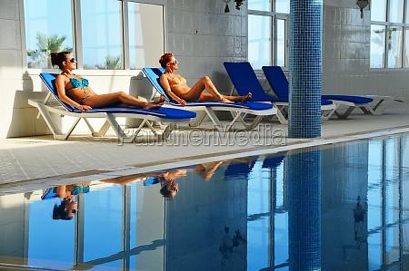 due giovani donne in piscina