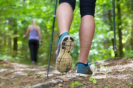 giovane coppia escursioni in natura sport