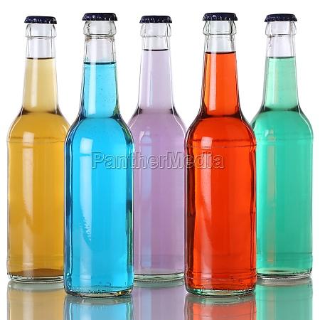 bevande colorate in bottiglie con la